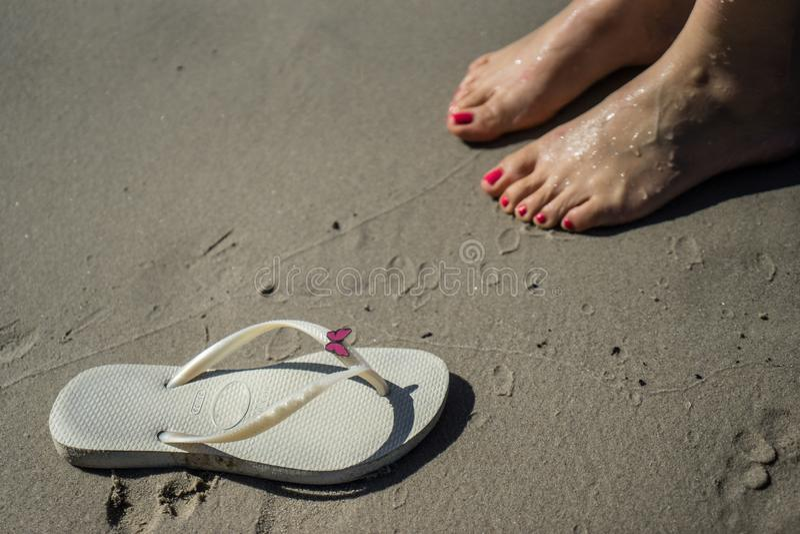 Sandalia y pies en la arena fotos de archivo libres de regalías