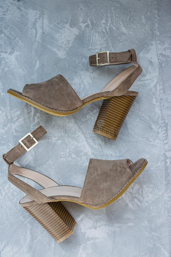 Sandalias del beige del ` s de las mujeres Calzado del verano Fondo ligero Fondo debajo del hormig?n imagen de archivo libre de regalías
