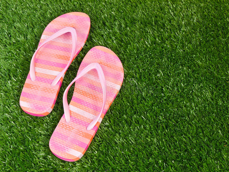 Sandalias del fracaso de tirón el verano del resorte de la hierba foto de archivo