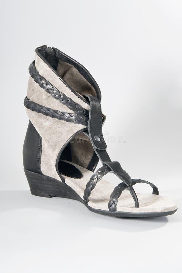 Sandalias del verano de las mujeres con la alta pierna fotografía de archivo libre de regalías