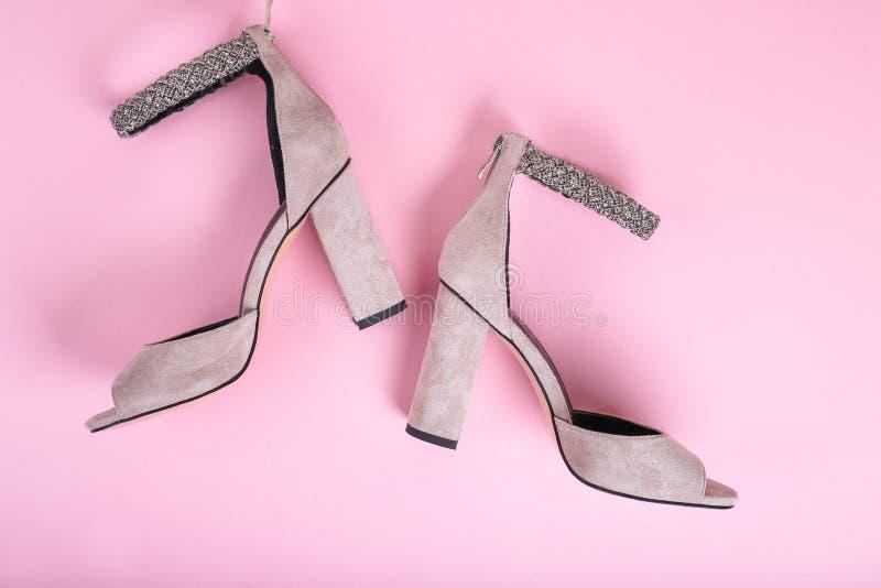 Sandalias elegantes del verano del color en colores pastel aisladas en el fondo rosado, visión superior Endecha plana imagen de archivo libre de regalías