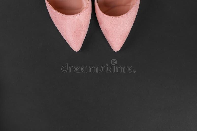 Sandalias elegantes del verano del color en colores pastel en el fondo negro, cierre para arriba Visi?n superior Endecha plana co imagen de archivo