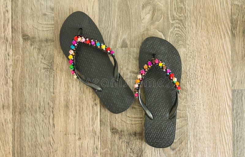 Sandalias en el piso de madera foto de archivo libre de regalías
