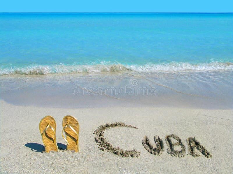 Sandalias en la playa en Varadero, Cuba imagenes de archivo