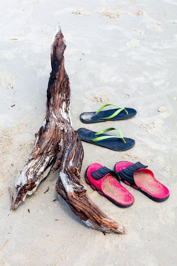 Sandalias en una playa fotografía de archivo libre de regalías