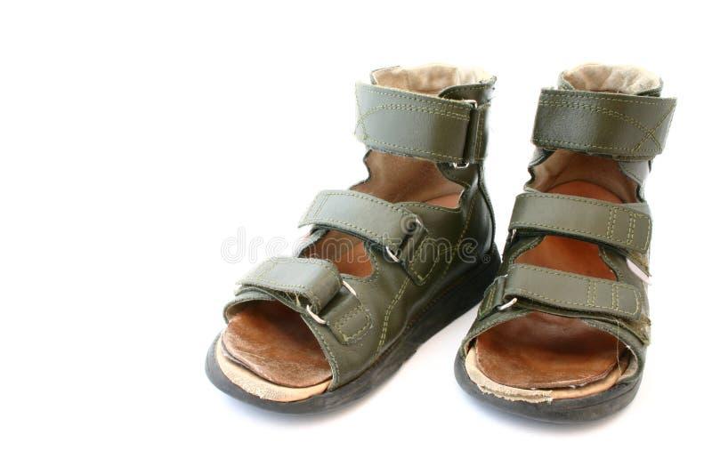 Sandalias ortopédicas de los niños usados fotos de archivo