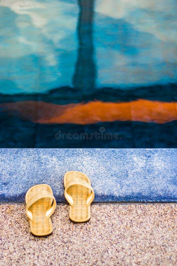 Sandalias por la piscina imagenes de archivo
