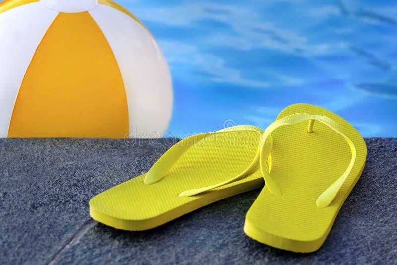 Sandalias por una piscina foto de archivo libre de regalías