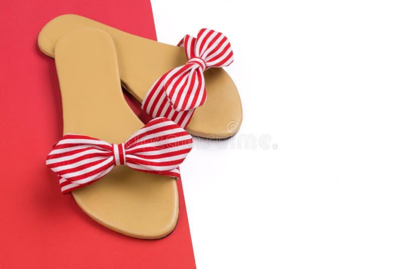 Sandalias rojas y blancas rayadas con el espacio de la copia para el texto imagen de archivo