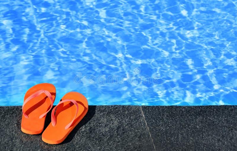 Sandals door een pool stock afbeeldingen