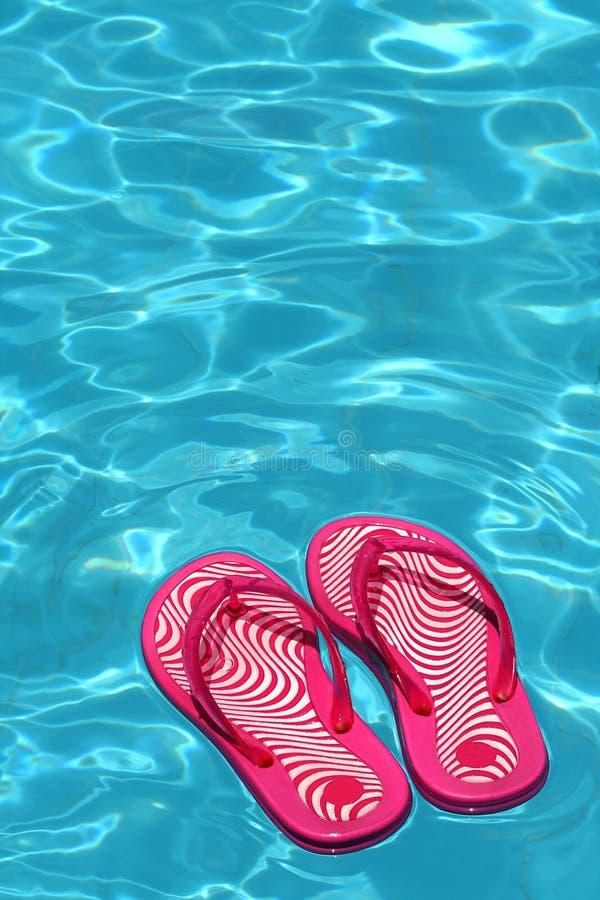 Sandals door een zwembad royalty-vrije stock foto