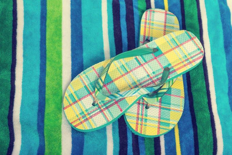 sandals in för misslyckandear för bakgrundsstrandflip isolerade ställde illustrationen vektorn vit arkivfoto