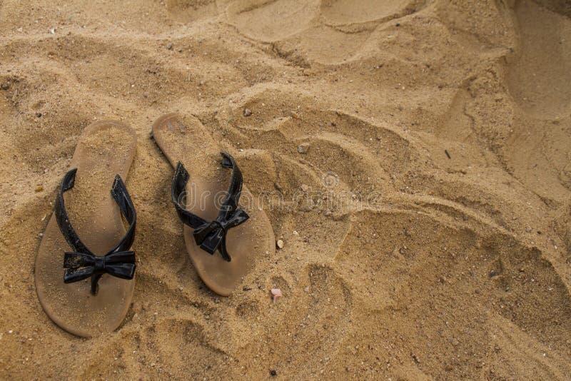 Sandals i sanden arkivfoton