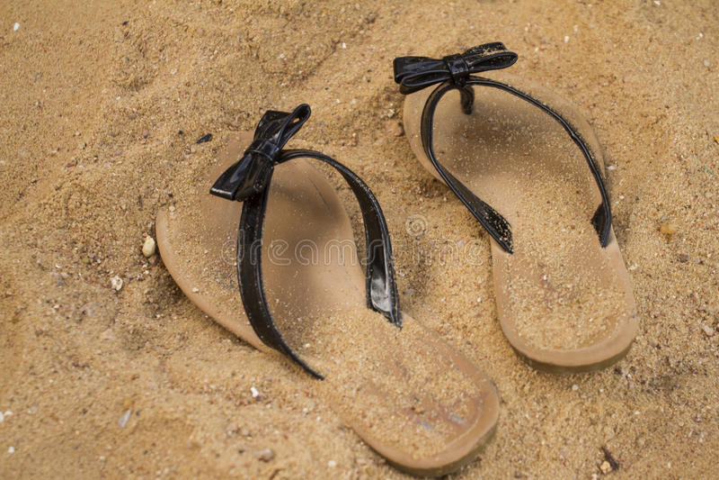 Sandals i sanden royaltyfria bilder