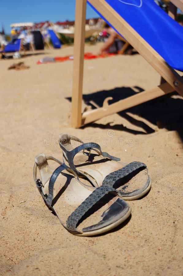 Sandals på sanden arkivfoto
