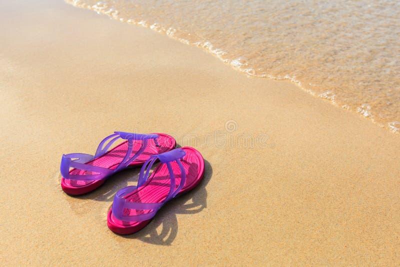 Sandals på stranden arkivbilder
