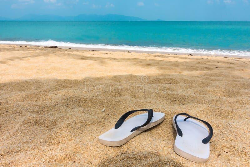 Sandals på stranden arkivfoto