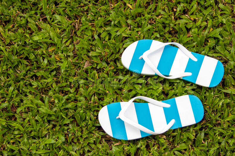 Sandals van het strand geplaatst die op een witte achtergrond wordt geïsoleerde royalty-vrije stock foto's