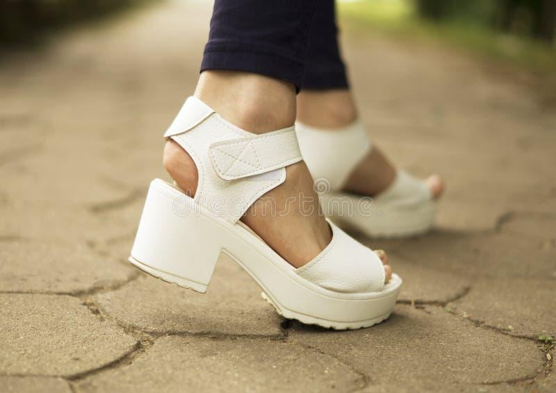 Sandals van witte vrouwen royalty-vrije stock afbeeldingen