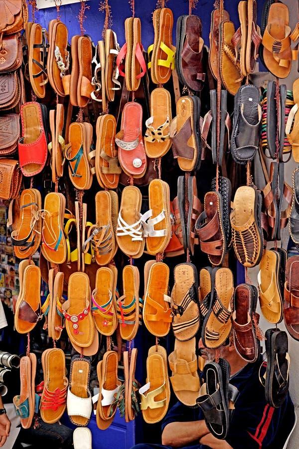 Sandals voor verkoop in medina van Essaouira stock fotografie
