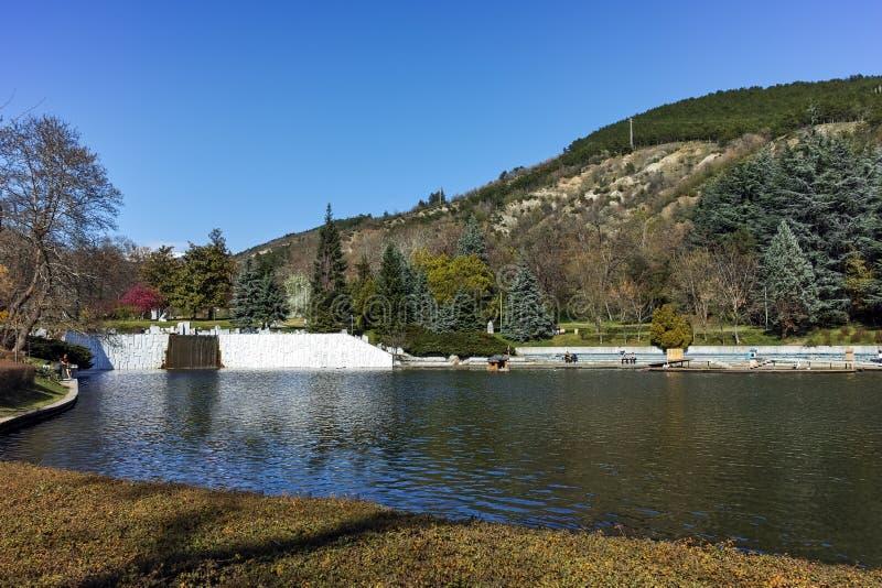 SANDANSKI, BULGÁRIA - 4 DE ABRIL DE 2018: Opinião da mola do lago no parque na cidade de Sandanski foto de stock