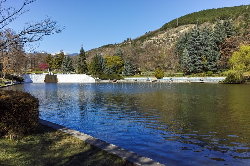SANDANSKI, BULGÁRIA - 4 DE ABRIL DE 2018: Opinião da mola do lago no parque na cidade de Sandanski fotos de stock royalty free