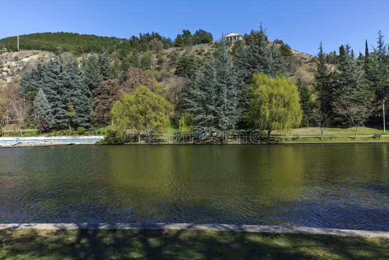 SANDANSKI, BULGÁRIA - 4 DE ABRIL DE 2018: Opinião da mola do lago no parque na cidade de Sandanski imagens de stock royalty free
