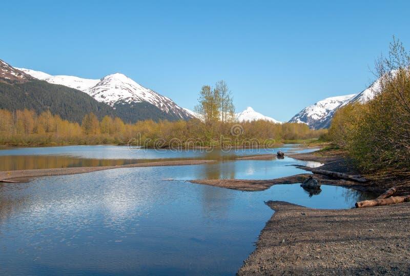 Sandbank- und Gebirgsreflexionen am Elch-Ebenen-Sumpfgebiet und an Portage-Nebenfluss in Turnagain-Arm nahe Anchorage Alaska USA lizenzfreie stockbilder