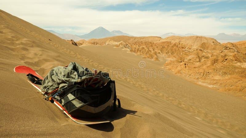 Sandboard und Rucksack auf einer Sanddüne in der Atacama-Wüste, Chile lizenzfreies stockfoto