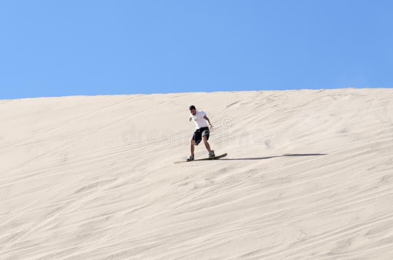 Sandboarding在阿塔卡马沙漠 免版税库存图片