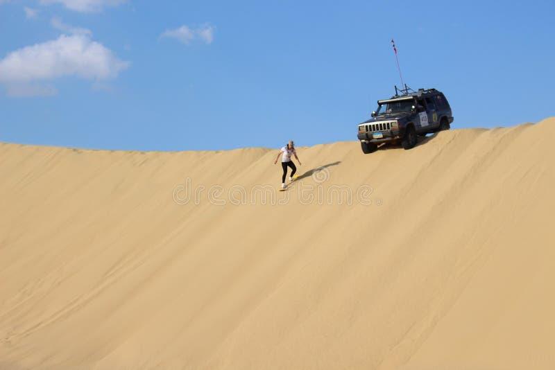 Sandboarding in der Faiyum-Wüste stockfotos