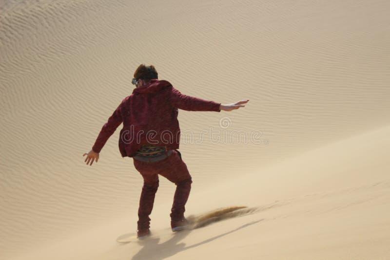 Sandboarding w Faiyum pustyni zdjęcie stock