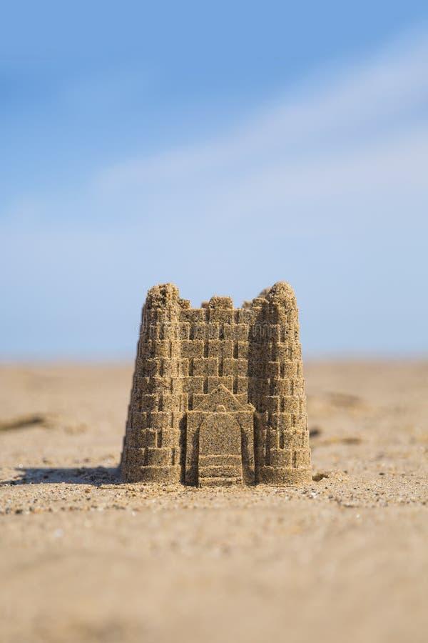 Sandburg auf dem Strand lizenzfreies stockbild