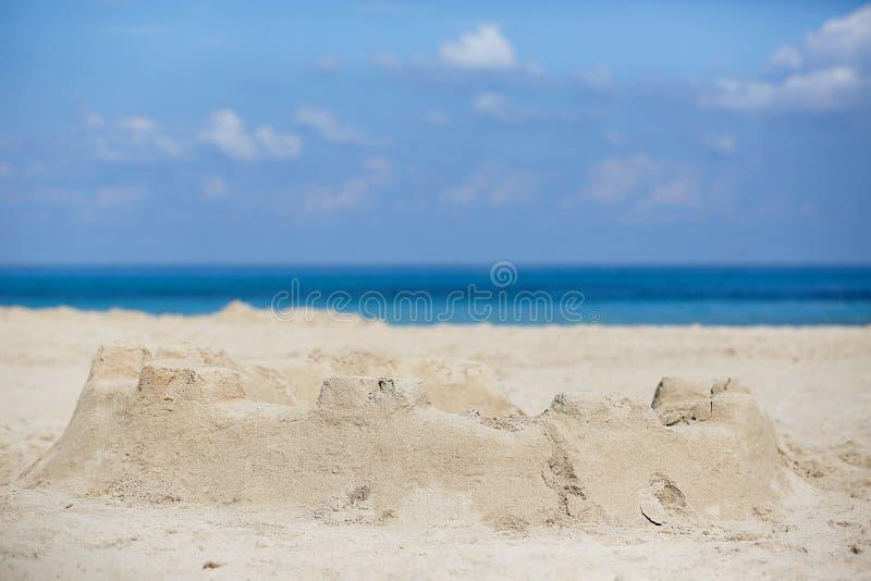 Sandburg auf einem sandigen Strand stockbild