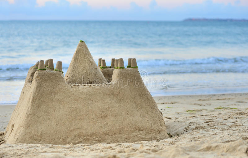 Sandburg auf Strand lizenzfreies stockbild