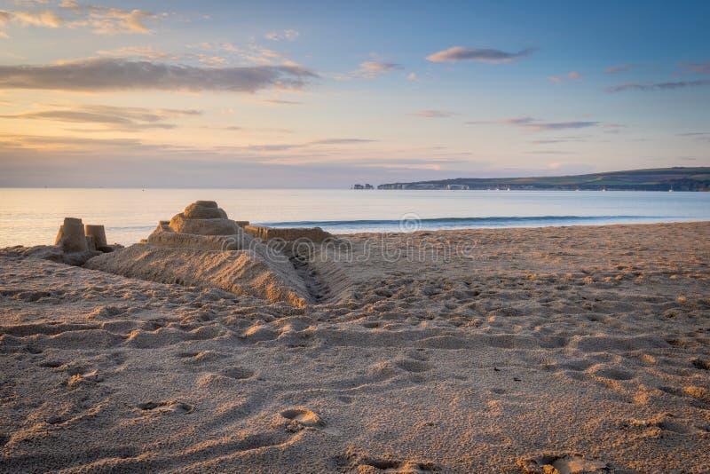 Sandcastle στην παραλία στην ανατολή στοκ φωτογραφία με δικαίωμα ελεύθερης χρήσης