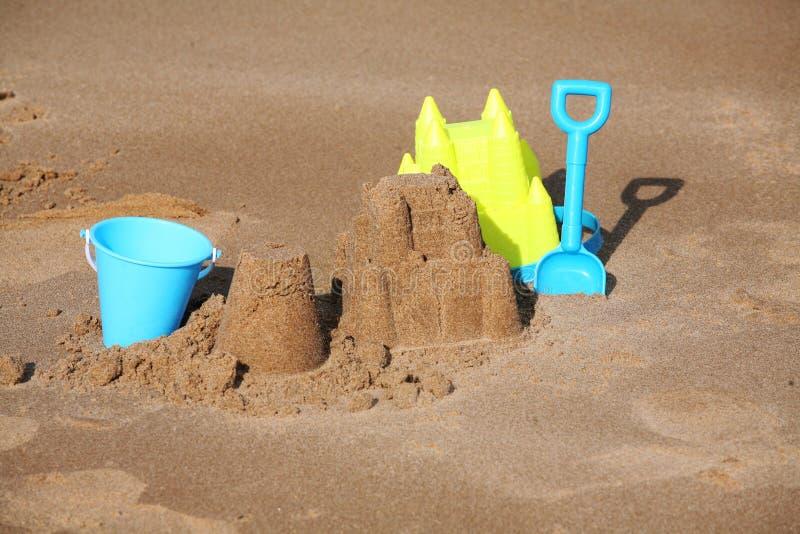Sandcastle и и здание пирога с ведром и лопатой стоковое фото