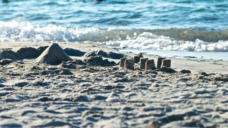 Sandcastle на побережье видит стоковые фотографии rf