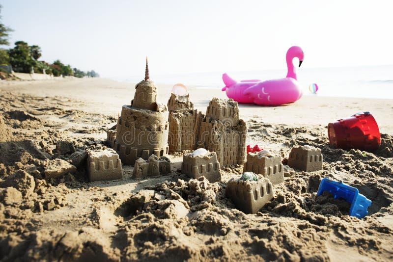 Sandcastle на теплом пляже стоковое фото