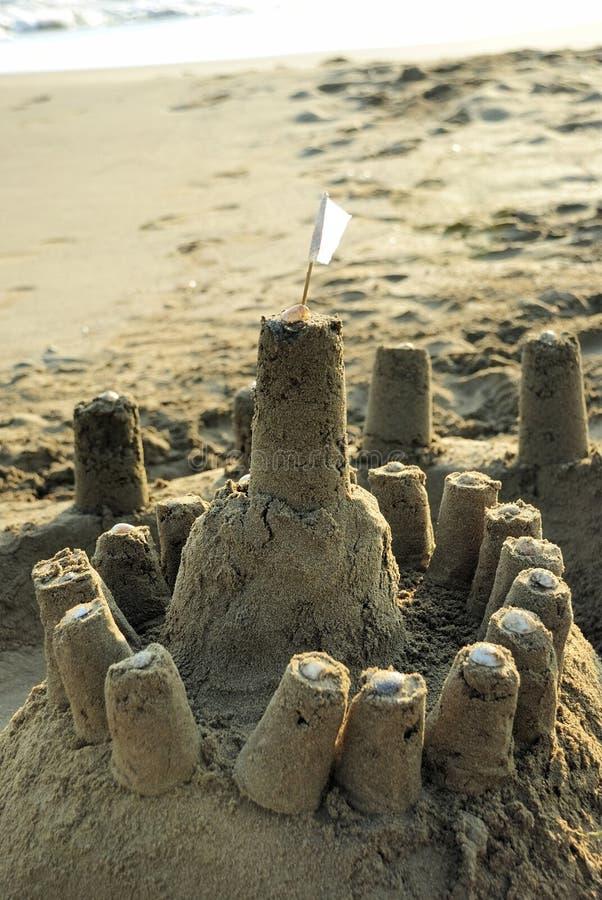 Sandcastle com uma bandeira branca foto de stock