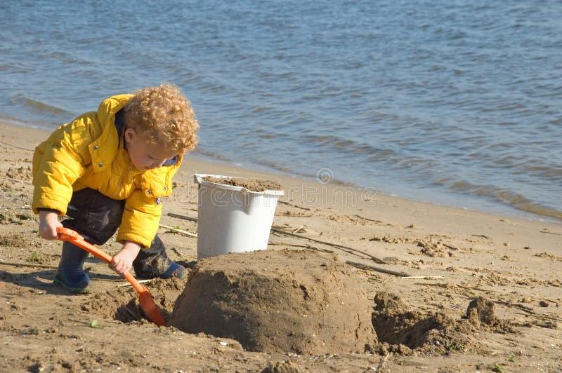 Sandcastle della costruzione del bambino fotografia stock libera da diritti
