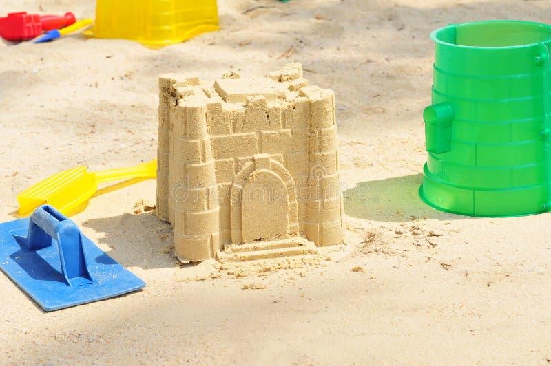 Sandcastle do edifício pela praia imagem de stock royalty free