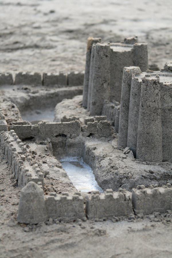 Sandcastle mit Burggraben stockbild