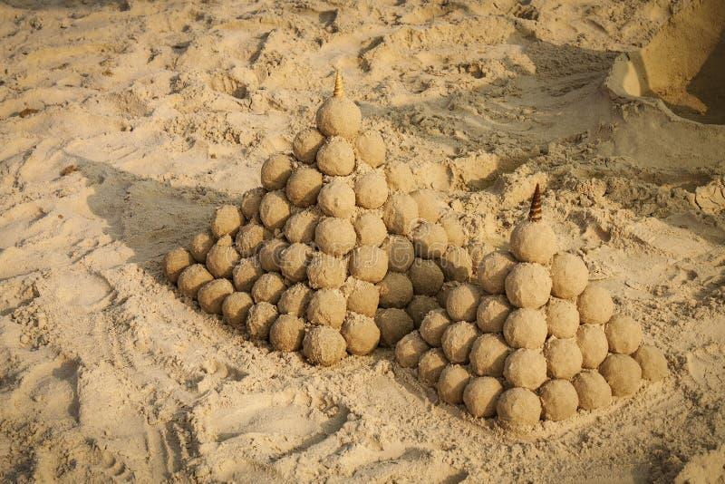 Sandcastles на пляже стоковое фото rf