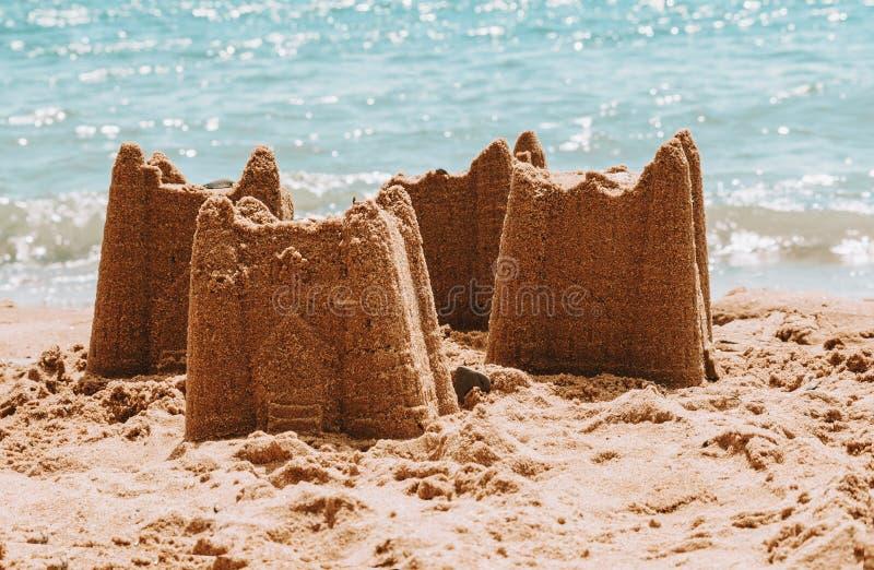 Sandcastles na plaży, urlopowy pojęcie, tonujący zdjęcie royalty free