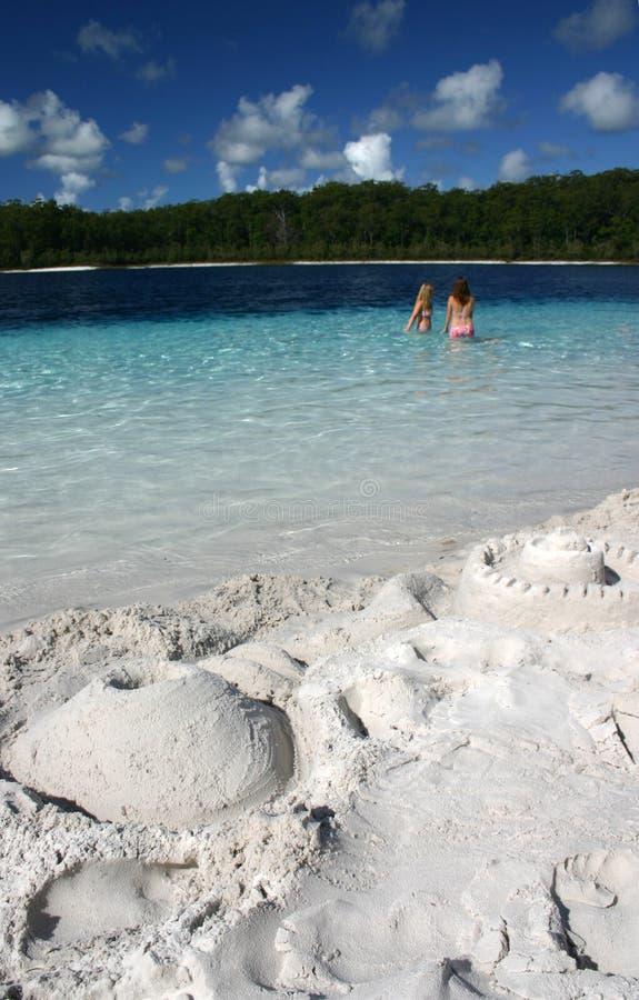 Sandcastles pelo lago imagens de stock