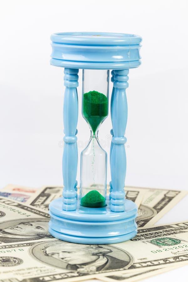 Sandclock op bankbiljet vertegenwoordigt geld na verloop van tijd groeit stock fotografie