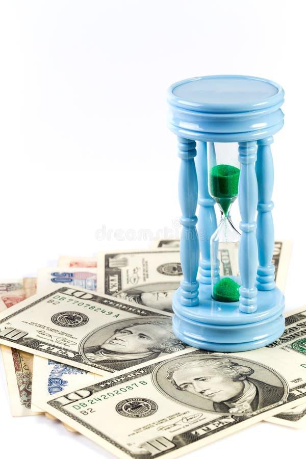 Sandclock op bankbiljet vertegenwoordigt geld na verloop van tijd groeit stock afbeeldingen
