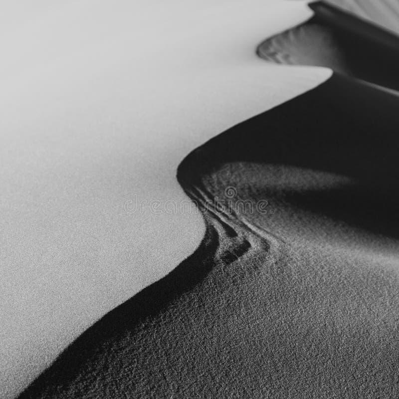 Sanddüne-Marokko-Wüste im Monochrom stockfotos