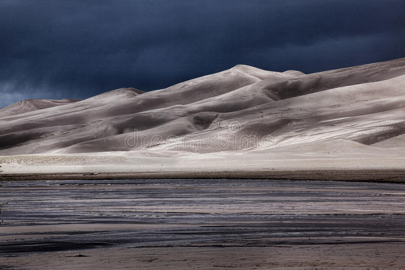 Sanddünen mit näherndem Sturm lizenzfreie stockfotografie